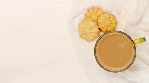 Caneca de café com biscoitos