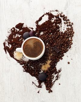 Caneca de café com grãos de café