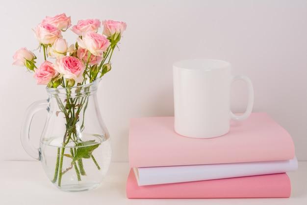Caneca de café com rosas cor de rosa