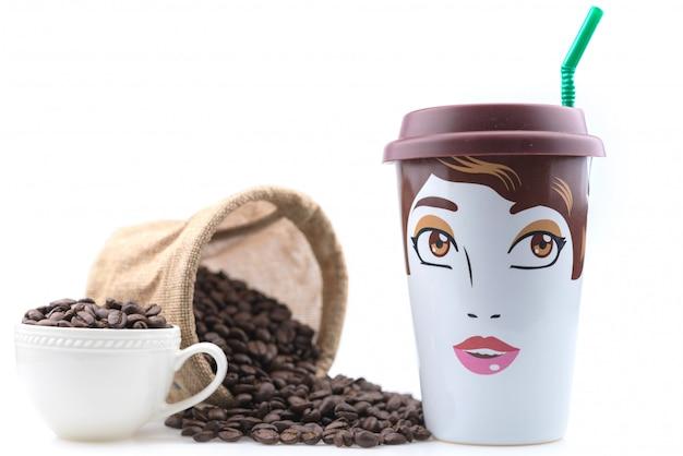 Caneca de café de cerâmica é um desenho feminino colocado com grãos de café.