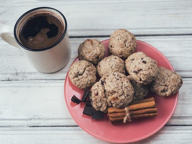 Caneca de café e biscoitos caseiros com frutas secas, nozes e cereais