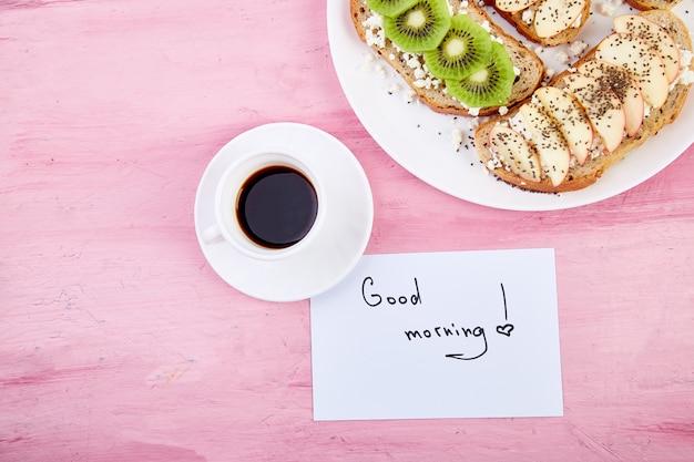 Caneca de café e brindes saudáveis e notas de bom dia