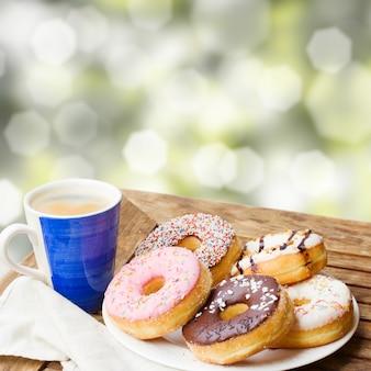 Caneca de café e prato de donuts