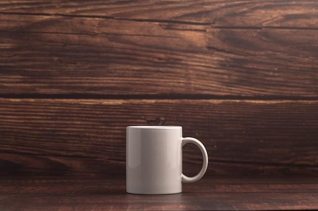 Caneca de café em fundo de madeira escura
