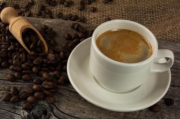 Caneca de café no fundo de madeira