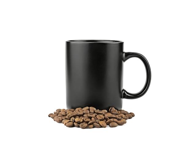 Caneca de café preta com grãos de café torrados isolados na superfície branca