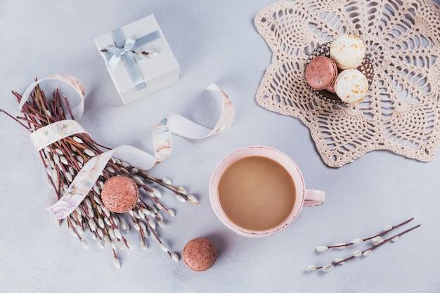 Caneca de café rosa com macaroons franceses pastéis