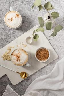 Caneca de cerâmica branca com café