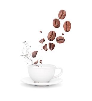 Caneca de cerâmica branca, copo com salpicos de café líquido e grãos de café, isolados