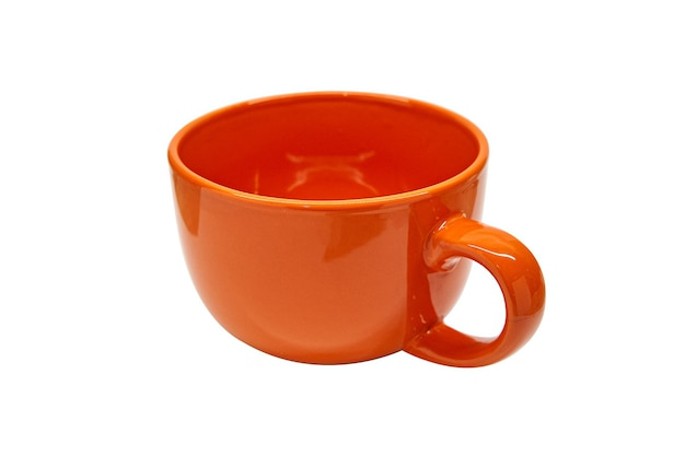 Caneca de cerâmica laranja na mesa branca isolada sem sombras