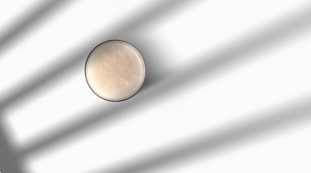 Caneca de cerveja com bolha em vidro isolado no fundo branco. vista do topo. conceito de celebração.