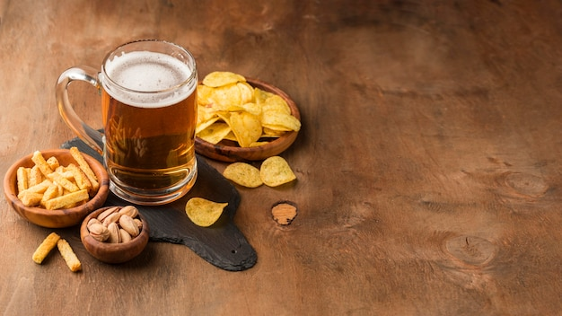 Caneca de cerveja de ângulo alto e batatas fritas