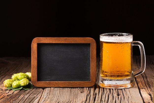 Caneca de cerveja de close-up com lousa