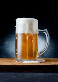 Caneca de cerveja deliciosa e refrescante