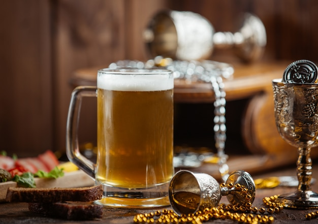 Caneca de cerveja fresca em cima da mesa