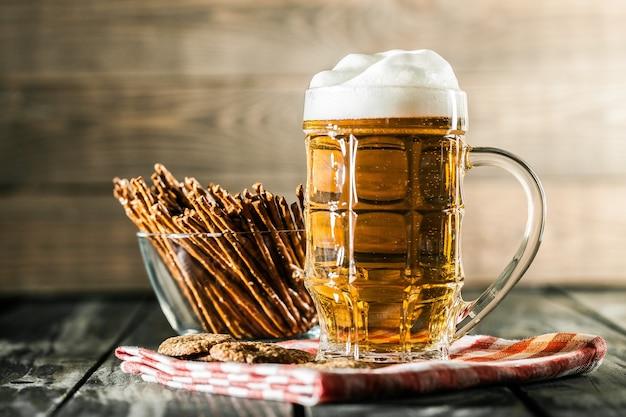 Caneca de cerveja gelada com espuma, vista de perto