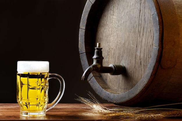 Caneca de cerveja grande com barril de madeira