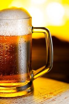 Caneca de cerveja light com espuma close-up