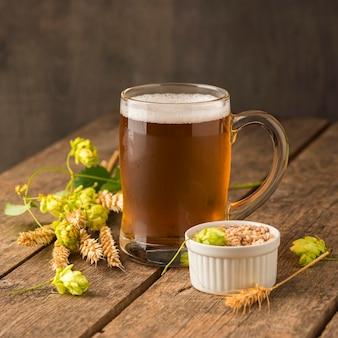 Caneca de cerveja loira e sementes de trigo