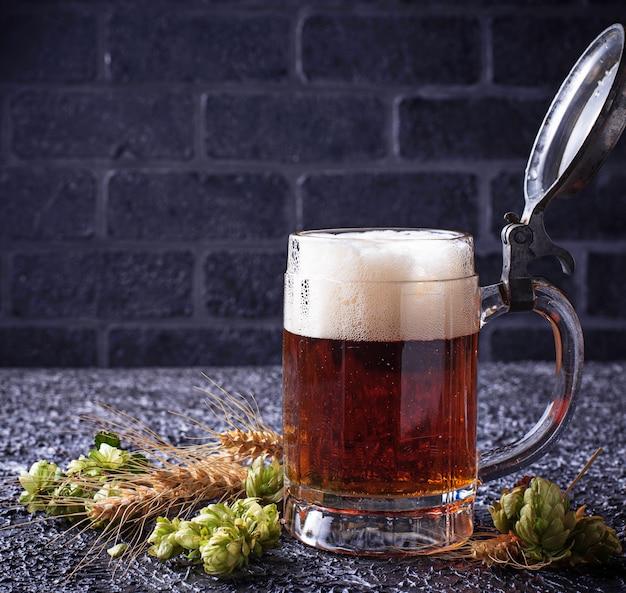 Caneca de cerveja, lúpulo e malte