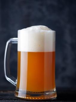 Caneca de cerveja sem filtro close-up de cerveja de trigo com uma grande tampa de espuma
