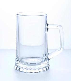 Caneca de cerveja vazia em uma superfície branca