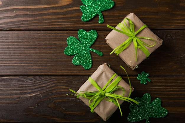 Caneca de cerveja verde do dia de são patrício, decorada com folhas de trevo. festa do pub patrick day, comemorando.