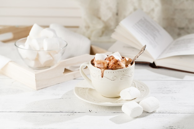 Caneca de chocolate quente com marshmallows