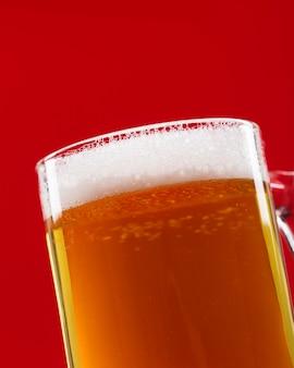 Caneca de close-up com cerveja