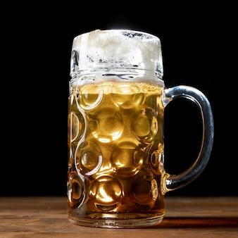 Caneca de close-up de cerveja em uma mesa