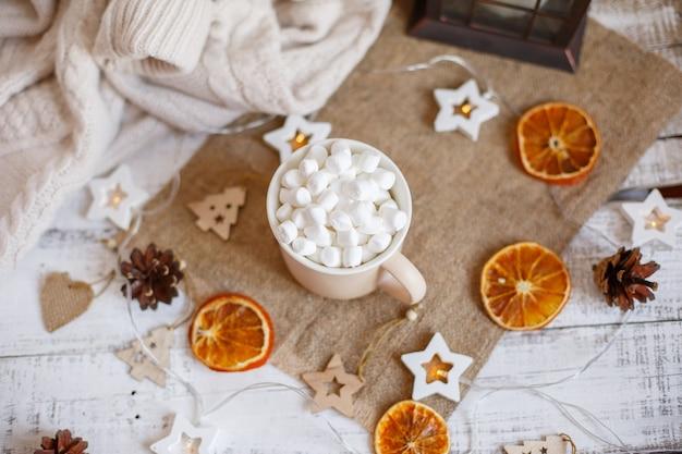 Caneca de composição de natal com cacau e marmelada