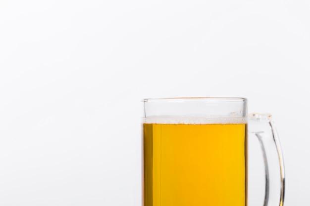Caneca de cópia-espaço com cerveja