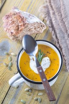 Caneca de sopa de creme de abóbora