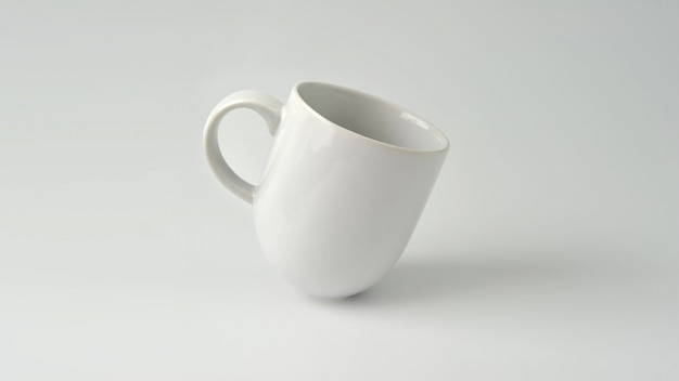 Caneca, modelo do copo de café branco no fundo branco.