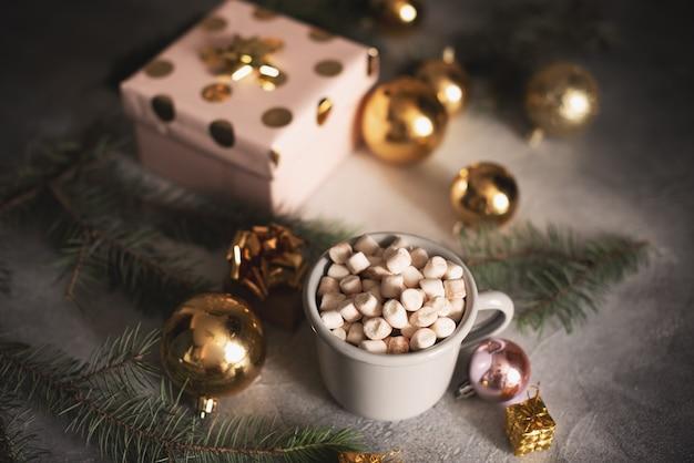 Caneca para maquete perto da árvore de natal e caixas de presente