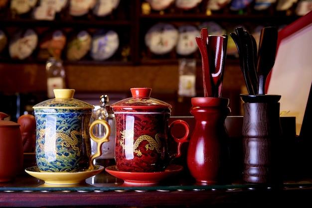Caneca tradicional para o chá na prateleira na loja de lembranças.