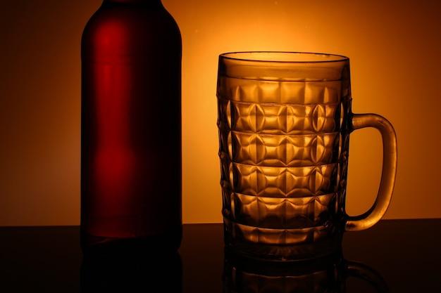 Caneca vazia para cerveja e garrafa