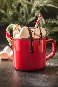 Caneca vermelha de natal de chocolate quente e café com marshmallows