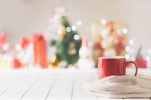 Caneca vermelha no fundo do objeto do festival de natal