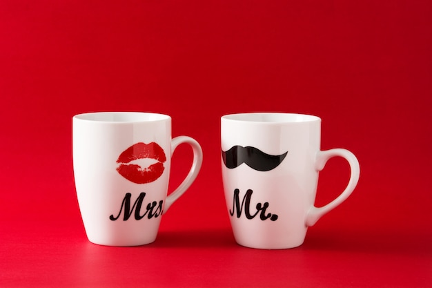 Canecas com bigode e lábios para dia dos namorados no vermelho