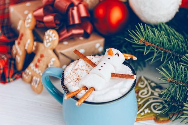 Canecas com chocolate quente nas quais os homens do marshmallow relaxam.