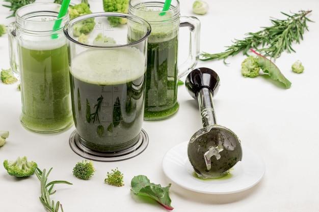 Canecas com smoothies de vegetais verdes.