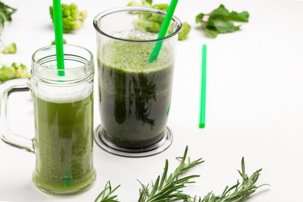 Canecas com smoothies de vegetais verdes