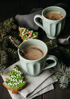 Canecas de ângulo alto com biscoitos de árvore de natal