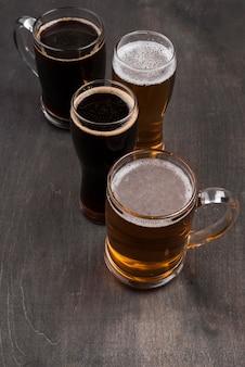 Canecas de ângulo alto e copos de cerveja