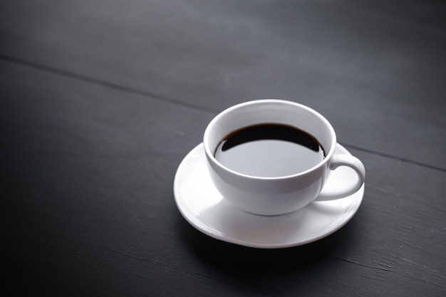 Canecas de café de cerâmica branca e grãos de café.