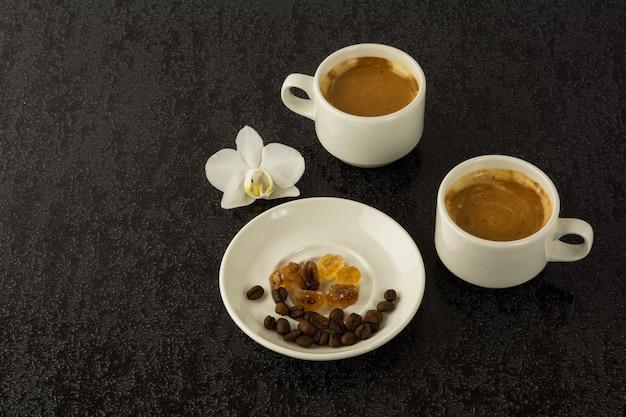 Canecas de café e grãos de café