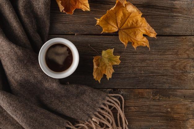 Canecas de café na cena do outono