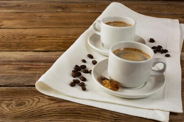 Canecas de café no guardanapo de linho