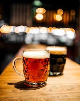 Canecas de cerveja artesanal no bar com embaçada